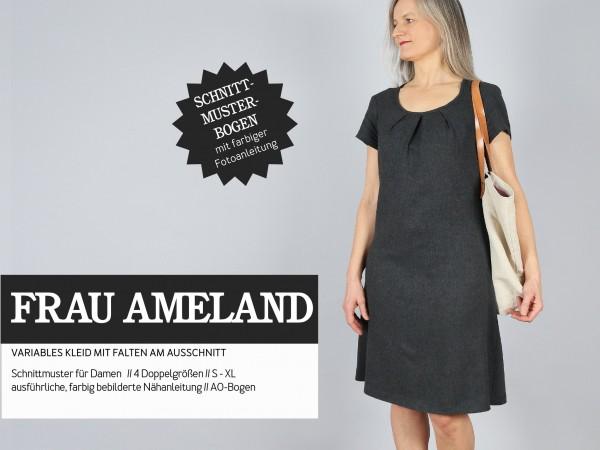 FRAU AMELAND • Kleid mit Falten am Ausschnitt, Papierschnitt, Deckblatt